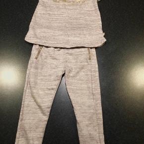 Varetype: Bukser Farve: Lilla  Lilla bukser og lilla bluse fra PDL med guld vævet glimmer. Rigtig fint sæt.