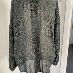 Super flot Masai skjorte med god plads. Skjorten fremstår som ny. Materiale 100% viskose. Længde 70 cm. fra ikke ryger hjem.