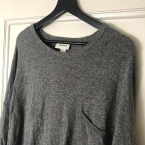 Lækker stor trøje med lidt mere længde bagtil! ✨