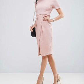 Asos Textured Wiggle Dress i lyserød.  Super lækker kjole at have på, men er desværre blevet for lille til mig. Er syet lidt ind i taljen af mig, og i slidsen.