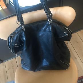 Sælger denne lækre taske fra Alexander Wang  Jeg har brugt den som 'skoletaske' da jeg studerede og som weekendtaske.  Sælges kun med dustbag  Realistiske bud er altid velkommen men frabeder mig skambud!!