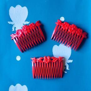 3 stk Fine røde vintage hårkamme. I god stand.  1. To ens hårkamme 130 kr pp.  2. 1 hårkam 65 kr pp.   Porto kan være 20 kr som brev med postnord ved mobilpay. Ellers dao ved ts pay.   Se også alle mine andre annoncer.   Søgeord: vintage hårkamme hårspænde retro hårkam hair comb red rød blomster flowers flower blomst