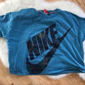Nike kort T-shirt i en str L. Næsten ikke brugt