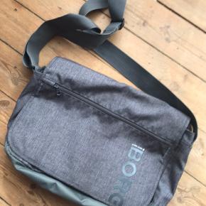 Brugt få gange! Lækker skulder taske med bred rem, lomme på flappen, to lommer (den ene med lynlås) foran og fire rum indeni, det ene med lynlås og er med blødt skum for til f.eks. Computer