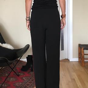 Sand sasha buks med rød stribe. Fine crepe bukser. Byd. Sender med DAO  Bukser Farve: Sort Oprindelig købspris: 1400 kr.