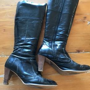 Fine støvler fra Sofie Schnoor. Lækkert skind. Hælene er slidte. Se billeder.    #30dayssellout