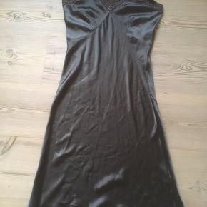 Mærke: Saint Tropez Størrelse: S, passer også M Farve: brun grøn Materiale : 100% polyester Kjolen: lang let kjole. Stoffet skinner og har perlebesætning foroven og nederst. Skråbånd er brune Stand: aldrig brugt  Sælges kr 50