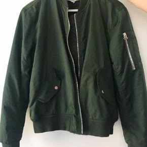 """Grøn jakke fra Urban Outfitters """"ligt before dark"""" str. s-m, fejler intet Nypris 650kr byd"""