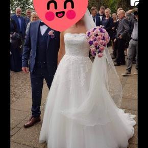 Sælger min smukke brudekjole, som jeg blev gift i sidste år i september. Jeg er normalt selv en str 38. Jeg måler 166, og havde denne dag ca 5 cm høje hæle på. Underskørt medfølger. Skriv endelig hvis i har spørgsmål
