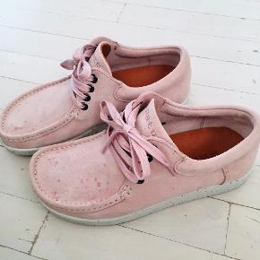 De enormt behagelige Nature sko i ruskind. Brugt kun et par dage, som nye. Ny pris 1000 kr.