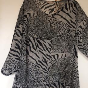 Sød bluse i polyester. bm 69 x 2 og læ 72 cm.