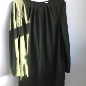 Flaskegrøn, polyester, længde 90cm, bryst ca 105cm, ærmer 91cm