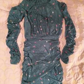 Balance Dress, klassisk stræk-kjole fra Stine Goya. Grøn med farvet mønster.