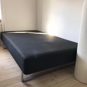 Jeg sælger min 120x200 seng. Sengen er ca 3 år gammel og i god stand. Med til kan man få topmadras og to tilhørende lagner.