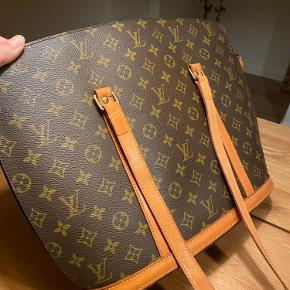 Vintage Louis Vuitton taske i modellen Monogram canvas Babylone. Perfekt som skoletaske eller til shopping mm.  Er købt på the vintage bar i sommer 2020 Medfølger ægthedsbevis og kvitteringen Er åben for bud og bytte med evt. Balenciaga, Saint Laurent   Vil helst handle med afhentning i eller omkring Vejle
