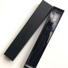 """Núnoo """"Lou PomPom"""" keyhanger eller pompom til nøglerne eller som pynt til tasken i farven sort 🌚 Materiale: 100% kalveskind.   Byd gerne kan både afhentes i Århus C og sendes på købers regning 📮✉️"""
