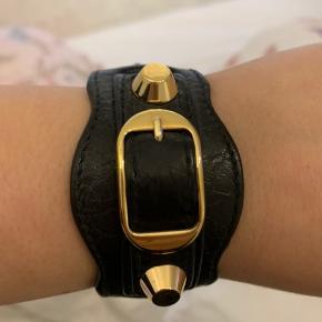 Balenciaga armbånd i ægte læder.   Byd endelig  Nypris var 1300