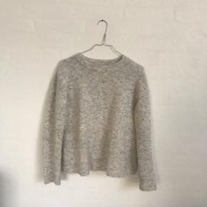 Super lækker grå sweater fra Inwear, den er dejlig tyk og fejler intet. Nypris var ca. 1000 kr Skriv for flere billeder