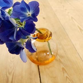 To lysestager eller vaser med et fint mønster. 80kr pr stk