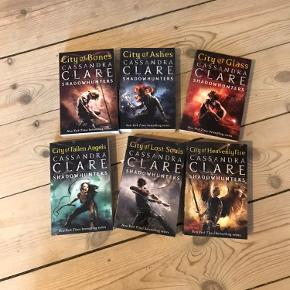 Shadowhunters serien af Cassandra Clare, engelsk version; City of Bones, City of Ashes, City of Glass, City of Fallen Angels, City of Lost Souls og City of Heavenly Fire. Sælges ikke seperat.