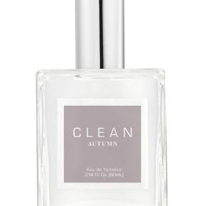 Autumn fra Clean Perfume er en helt fantastisk duft, som er produceret specielt til det danske marked, hvor den med sin inspiration af 'hygge' tilfører et strejf af varme til de kolde aftenener og overskyede morgener.   Duftnoter: Hedione, Mandarin, Rødt Æble, Chokolade, Vanilje, Kokos, Ambrox, Moskus og Vetiver  Som ny (købt marts 2019), kun prøvet på Bytter ikke