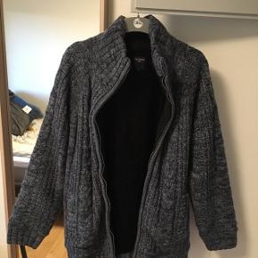 Dyr jakke fra Pre End, fantastisk til kolde gåture og julehygge. Sælger jakken fordi at jeg allerede har en jakke til vinter. Afhentning foretrækkes