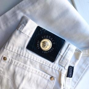 Super flotte vintage bukser fra Versace Jeans Couture. Hvid farve med en lille smule glans. Passes af en str. XS/34. God stand. Ingen tydelige tegn på slid.  MÅL Talje: 32 cm Indvendig benlængde: 76 cm Udvendig benlængde (målt fra taljen og ned): 105cm Enden af buksebenet: 14,5 cm  Alle mål er målt flat   Køber betaler forsendelse.