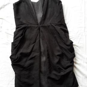 Brand: Hype Varetype: Smuk kjole med spaghettistropper Farve: Sort Grå Oprindelig købspris: 1250 kr.  Str 10, jeg synes den svarer til en medium/large  Porto er estimeret. Korrekt beløb kommer ved bud.