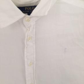Fin hvid Ralph Lauren skjorte i blødt materiale.  Brugt 2-3 gange, men på ingen måde brugstegn.