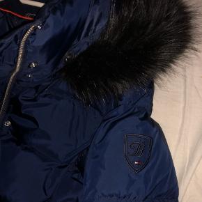 Mørkeblå Tommy Hilfiger jakke i str. medium. Kan sagtens passes af en str. small/36. Brugt to gange, er i perfekt stand! 🚚 -Hvis køber betaler fragt, så fragter jeg gerne jakken personligt. Skriv pb for nærmer info🚚