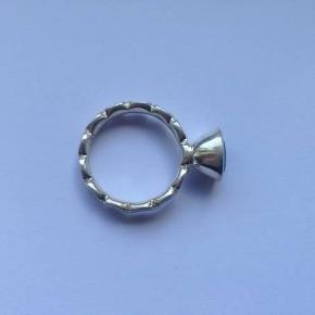 Brand: HHN Varetype: sølvring Størrelse: 17/5 Farve: Sølv  Flot ring i sølv 925.  Indvendig diameter: 17,5 mm.  Stemplet. 925. HHN