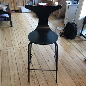 Sort barstol. Sælges fordi vi ikke har brug for den.