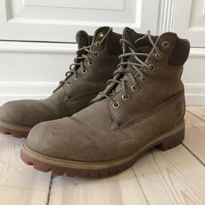 Klassiske støvler fra Timberland sælges. De er ikke brugt meget, da de er købt for store. Det er en størrelse 43,5. Kan afhentes på Frederiksberg, ellers betaler køber for porto.