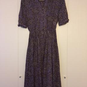 Japansk 70'er kjole Elastik i taljen Fine guldknapper Plisseret skørt Str. 36