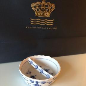 Royal Copenhagen no. 33 skål / cigaraskebæger.  1. sortering. Kan evt. bruges til smykker. Lille skår på kant jf billeder.
