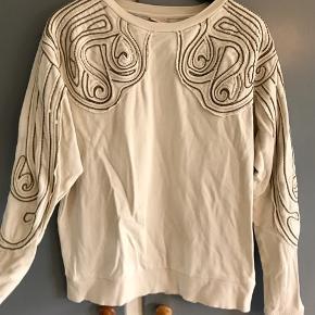 Sweatshirt med metalperler.