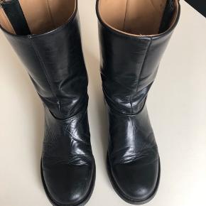 Fede sorte støvler Model Badone - str 38 Oprindelig købspris: 3299 kr. Super gode støvler - er flittigt brugt. Har fået lille revne i sålen på indersiden, se billede.
