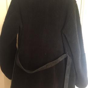 """Lækker varm rulamsjakke str.M brugt få gange  Jakken lukkes med knapper(koksgrå) og går lige ned over """"rumpen""""😏 Nypris 4000.- giv et fornuftigt bud😜"""