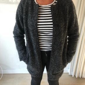 Envii grå uldfrakke ( 50% uld, 50%polyester)  Str m Brugt få gange  Pris 200 Nypris 1100kr  Kan hentes i Vejle eller sendes på købers regning
