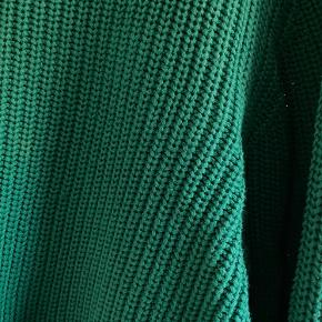 Grøn Monki sweater. 50% bomuld, 50% akryl. Blød og behagelig at have på. Brugt et par gange.