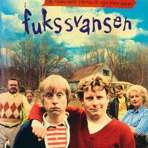 """0154 - Fukssvansen (DVD)  Dansk Film - I FOLIE    Fukssvansen  To brødre. En fukssvans. Et syretrip. Og en nabo, der ser alt! Langt ude i skoven bor brødrene Dennis og Carl. De hænger på den top-belastende Finn, der kræver underholdning og husly indtil han får de penge brødrene skylder ham. For at opfylde Dennis' største juleønske og illusionen om at julemanden stadig findes, overtaler Carl den midlertidig stumme Rita til at være en julegave til broderen Dennis! For at skabe julehygge, laver Finn en ordentlig portion af hans hjemmelavede konfekt, fyldt med krudt og stoffer! Konfekten er dog lidt for krydret og han ender på gulvet med en mørkelilla kulør i hovedet. Problem! Men problemet kan vel afhjælpes af en frugtsans, - øhh fukssvans, lånt hos den meget nysgerrige nabo. Og den skal næppe bruges til at skære konfekten ud med! Måske kan de komme af med Finn, men hvad med Jern-Hans!?   Bag denne rablende vanvittige komedie om """"almindelige"""" menneskers ualmindelige liv og om kærlighed, når man mindst venter det, står instruktøren Niels Arden Oplev, samt en række af dansk film største stjerner, deriblandt Anders W. Bertelsen, Martin Buch, Sidse Babett Knudsen, Thomas Bo Larsen, Tommy Kenter og Birthe Neumann. Endnu en skøn, total sjov og forrygende dansk film!  Tekst fra pressemateriale"""