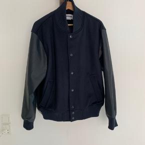 Weekday bomber/varsity jacket. Aldrig brugt.  Str. M. Fitter M/L.