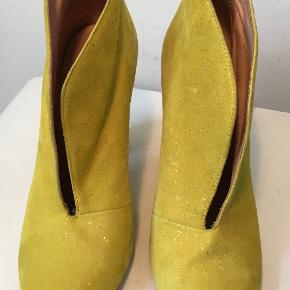 Superflotte gule støvletter med et drys glimmer - ikke brugt specielt meget.  Den indvendige længde er 24 cm, hælen er 10,3 cm høj  Bud fra kr 500 plus porto  Kan afhentes København, Østerbro  Bytter ikke