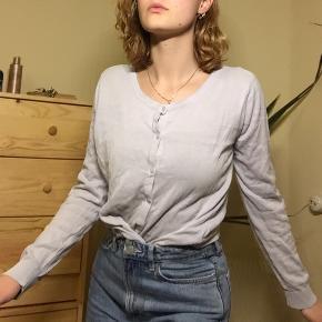 Lyseblå bluse/cardigan brugt af en størrelse 34/36. Ingen fejl eller skader. Skal liiiiige stryges!