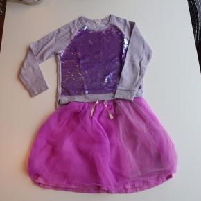 Mærket er J CREW, købt fra New York.  Trøje er godt men brugt men nederdel er aldrig brugt.  Se mine andre vare, køb flere og spar fra fragt.