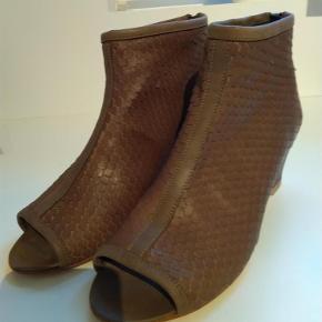 Varetype: sandaler Farve: brun Prisen angivet er inklusiv forsendelse.  Aldrig brugt. Pris idé 700