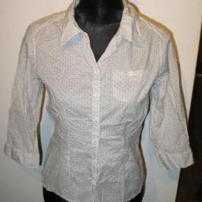 77af6cb1097 Varetype: Skjorte Farve: Hvid/sand Bryst 100 cm. Længde 56 cm.