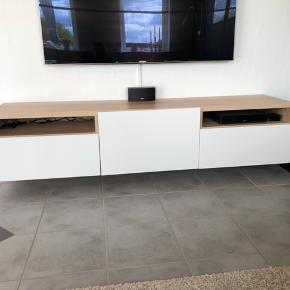 IKEA Tv-bord egetræsmønster med hvide låger, to skuffer og et skab med hylde samt hul til kabler. Pæn og velholdt med små brugsskader (se billeder) Ny pris 1379kr. Står samlet, afhentes i Herning eller Silkeborg.