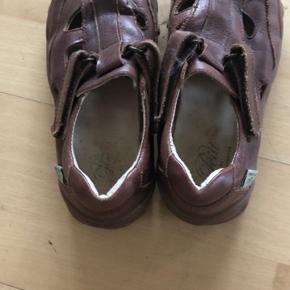 Sandaler i brun læder.