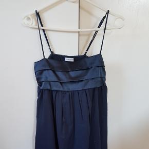 Sød navy kjole str. M. Skal dog syes ved den ene strop.